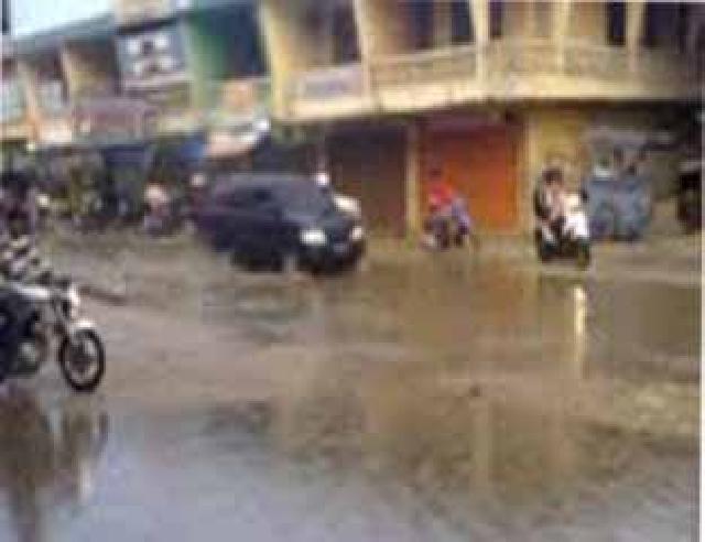 Kota Rengat Diguyur Hujan, Kabut Asap Mulai Berkurang