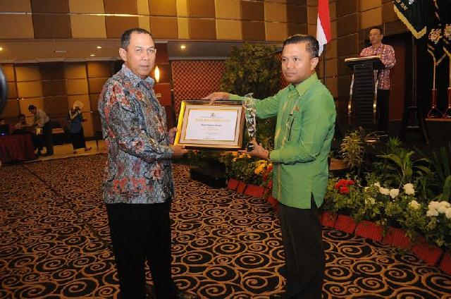 Bupati Meranti Raih Kadin Award Kategori Most Support Leader