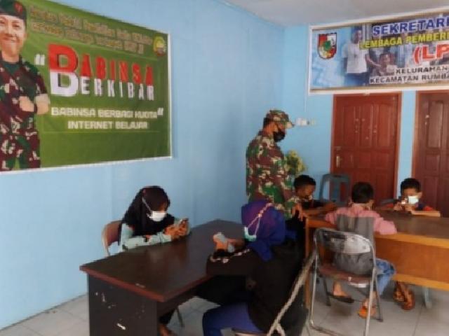Peduli Pendidikan, Babinsa Koramil 01/Rumbai Berbagi Kuota Internet Belajar dengan 6 Pelajar