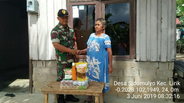 Sertu Suharjo Babinsa 04/PP Berikan Sembako