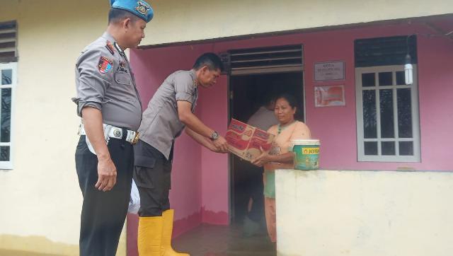 Kapolres Inhu Usai Bersilaturrahmi Juga Serahkan Bantuan Kepada Warga Korban Banjir