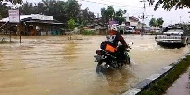 Diguyur Hujan Deras, Jalan Tuanku Tambusai Pasir Pengaraian Terendam Banjir
