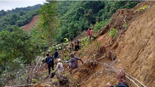 Mendaki Gunung Lewati Lembah, Relawan Ini Bawa Bantuan Korban Banjir Di Pedalaman HST