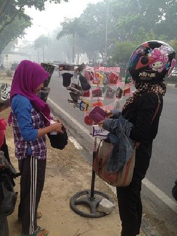 Kabut Asap, Jadi Berkah Bagi Penjual Masker di Pekanbaru
