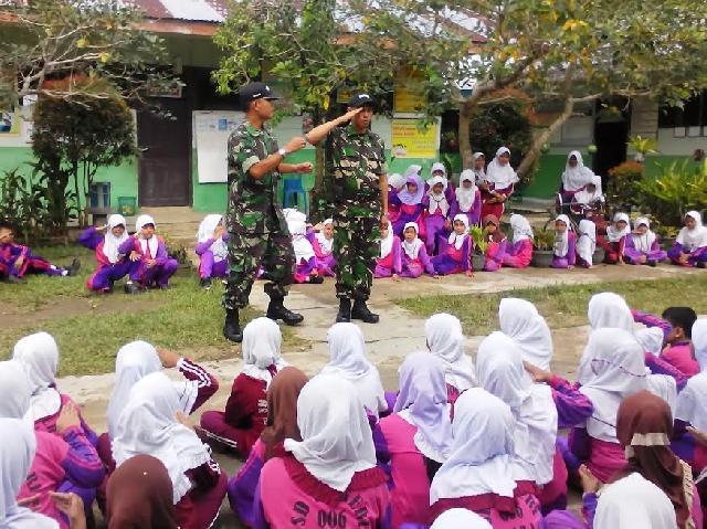 Babinsa Koramil 02 Rambah Latih PBB Siswa dan Siswsi SD Negeri 006 Desa Sialang Jaya