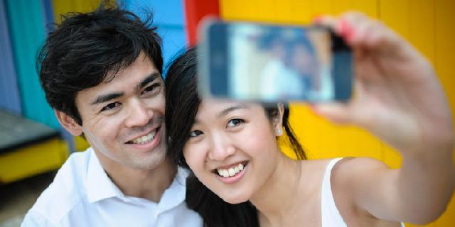 Pamer Foto Mesra di Facebook, Hubungan Mereka Belum Bahagia?