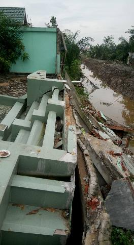 Pagar Rumah Ambruk Akibat Pekerjaan Proyek Saluran Sekunder di Inhu