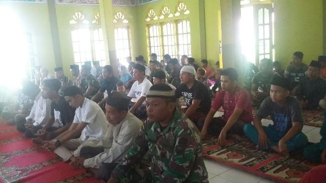 Satgas TMMD 104, Sholat Jumat Bersama Masyarakat di Desa Seberang Gunung