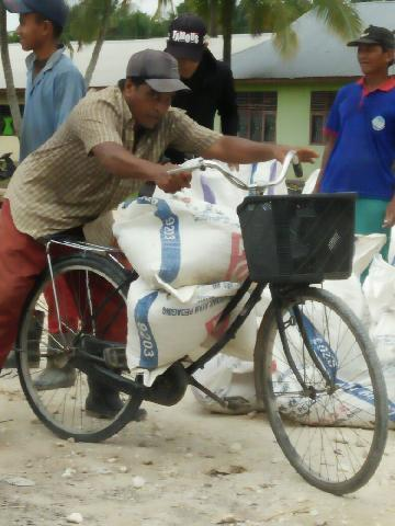 Bermodalkan Sepeda, Kakek Renta Antusias Sukseskan Program TMMD ke 101 Kodim 3014/Inhil