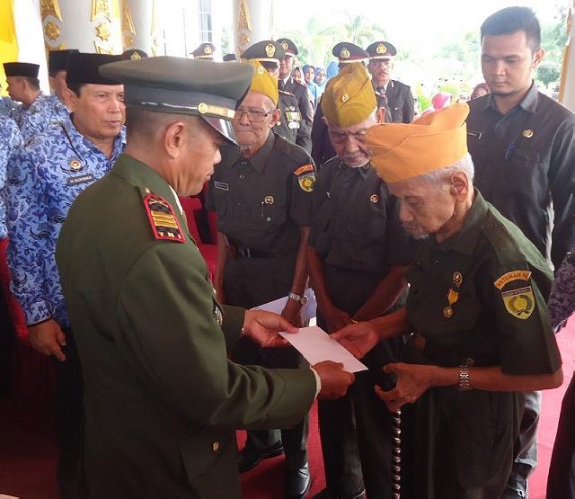 Peringatan Hari Pahlawan, Veteran Rohul Terima Santunan