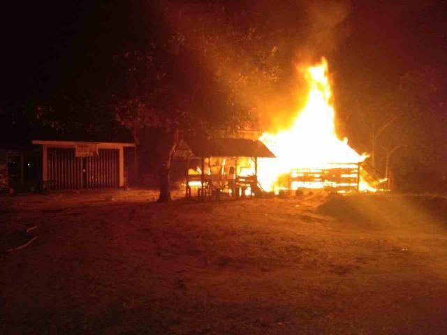 Akibat Arus Pendek Listrik Pabrik Tahu Terbakar Di Air Molek