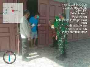 Bati Tuud Koramil 04/PP Pelda Edi Wandra Besinergi Bersama Bhabinkamtibmas Dan Nakes Berikan Obat Dan Vitamin di Pasir Penyu