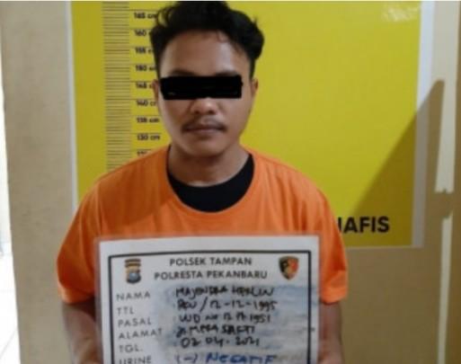 Razia Mobil Tengah Malam, Polisi Tampan Temukan Sajam Disembunyikan dalam Tas