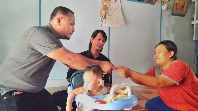 Ketua Dan Sekjen PWRI-B Kujungi Bayi Penderita Hisprung di Meranti