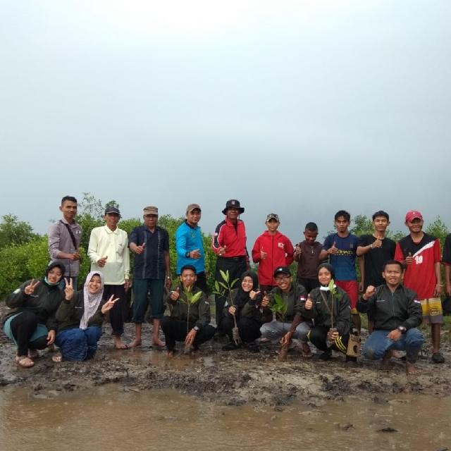 Mahasiswa KUKERTA TEMATIK dan Pemuda  DARLING Kepulauan Meranti Tanam 1000 Pohon Mangrove