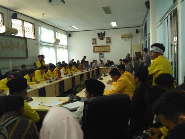 Mahasiswa Demo DPRD dan Kantor Bupati Kuansing Terkait Pengesahan APBD 2017