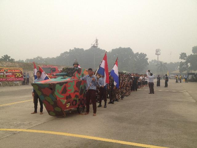 Treatrikal Kolosal Dari Pesantren Alkausar Pekanbaru Tampil di HUT TNI