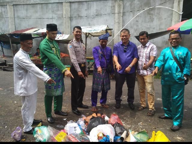 Ciptakan Lingkungan Bersih Lurah Selatpanjang Timur di Dampingi Kasi DLHK Sambangi Pasar Pagi