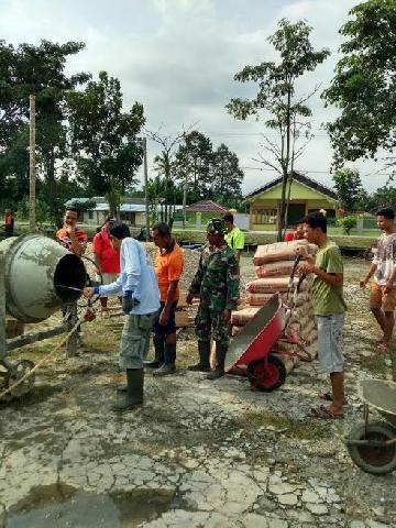 Bersama Masyarakat Babinsa Koramil 16/Tapung Melaksanakan Karya Bhakti Pembuatan Lapangan Volly