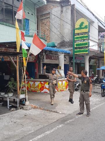 Satpol PP Meranti Gelar Patroli Pantau Pemasangan Bendera Merah Putih di Kota Selatpanjang