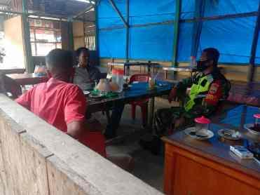 Babinsa 05/Prp Kegiatan Komsos Ajak Pedangang Bersama Sama Menjaga Prokes