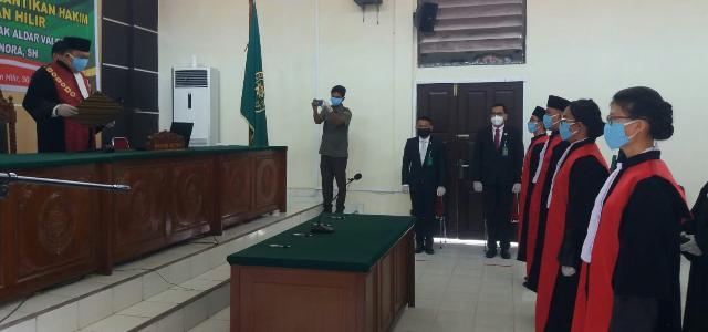 4 Hakim di Lantik, Ini Amanat dan Pesan Ketua PN Rohil Andry Simbolon