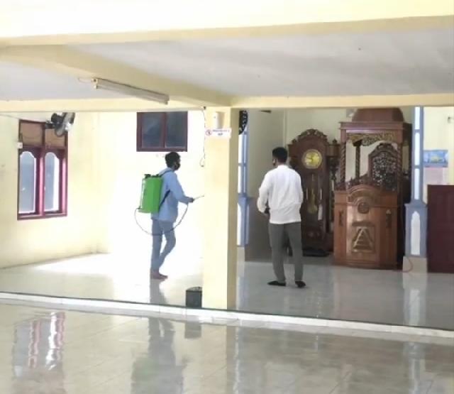 Tim Kukerta Relawan Covid -19 UNRI Lakukan Penyemprotan Disinfektan di Desa Makmur