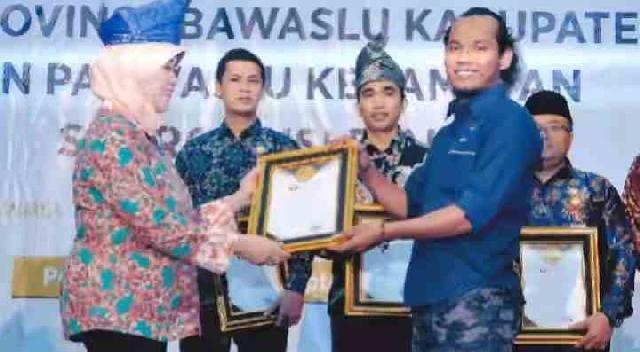 Pimpred Media Online Pelitariau.com Dapat Penghargaan Dari Bawaslu Riau