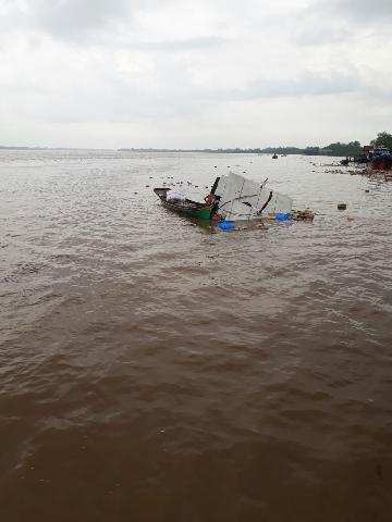 Kapal Bermuatan Sembako Tenggelam di Perairan Sungai Indragiri