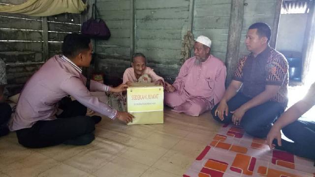 Sat Reskrim Polres Rohil Salurkan Bantuan Sembako Kepada Lansia