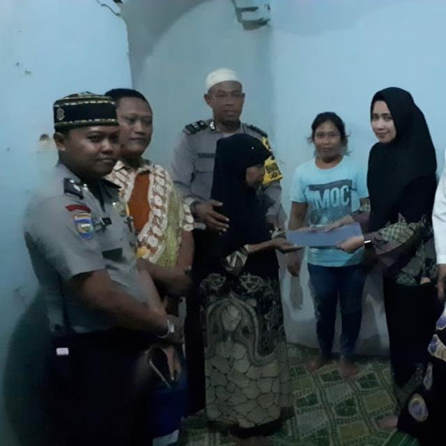 Jumat Barokah Polsek Payung Sekaki Mulyati Bersyukur Ada Polisi Peduli dan Berbagi kepada Neneknya