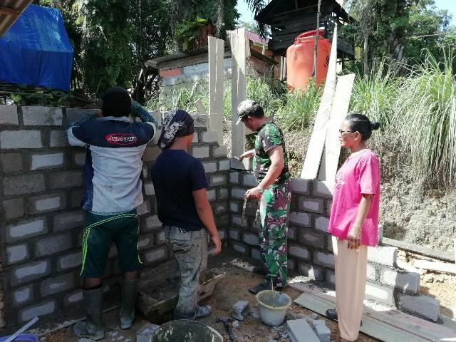 Sertu Solikhin Bantu Pembuatan Rumah Warga Desa Pesikaian