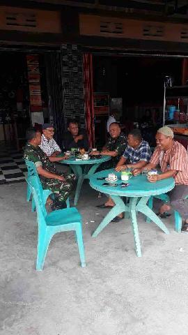 Danramil Air Molek Komsos Dengan Pemuka Masyarakat di Warung Cofee