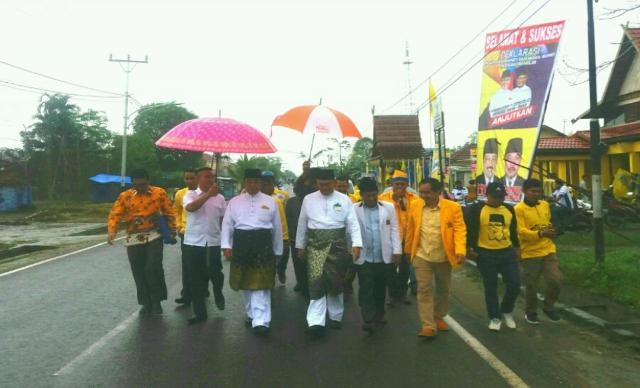 Pasangan HMW-SU Bersama Tim Dari Sekretariat DPD Partai Golkar Inhil Berjalan Kaki Menuju KPU Inhil