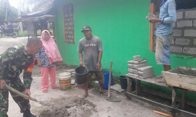 Babinsa Koramil 06/Cerenti Sertu M Amin Bantu Pembuatan Rumah Warga