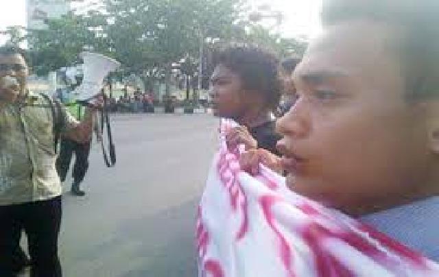 Selasa Mahasiswa Kampar Ancam  Bakar Diri Di Istana Negara