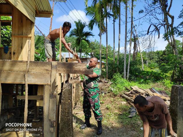 Serda Hendriswan Bantu Pengecoran Lantai Rumah Warga di Desa Pasar Inuman
