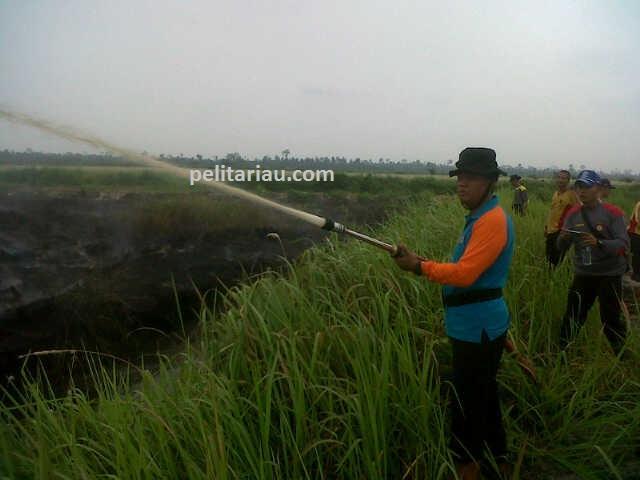 Kapolres Pimpin Langsung Pemadaman Karhutla di Inhu
