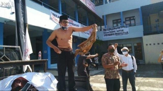 Heboh! Mahasiswa dan Dosen UNIBA Gelar Demo, Rektor Lepas Baju dan Nyatakan Mundur