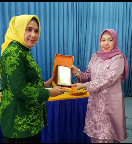 Ketua TPKK Meranti Hj Nirwana Sari Irwan Sambut Kedatangan Ketua TPKK Kabupaten Seram