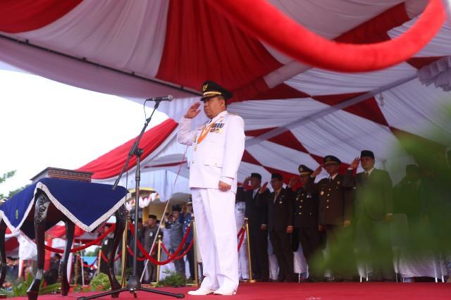 Bupati Meranti Bertindak Sebagai Inspektur Upacara Saat  Penurunan Bendera HUT RI Ke-73 Tahun 2018