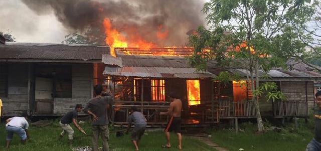 Lama Tak Ditempati, Dua Unit Rumah Dinas di Kateman Terbakar
