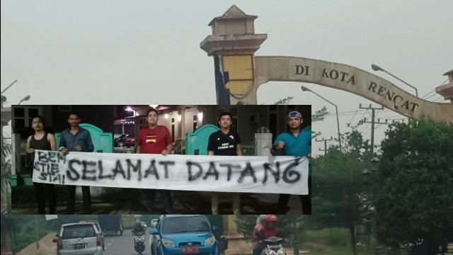 Mahasiswa Lengkapi Dua Kata 'Selamat Datang' di Gerbang Pontong Masuk Kota Rengat