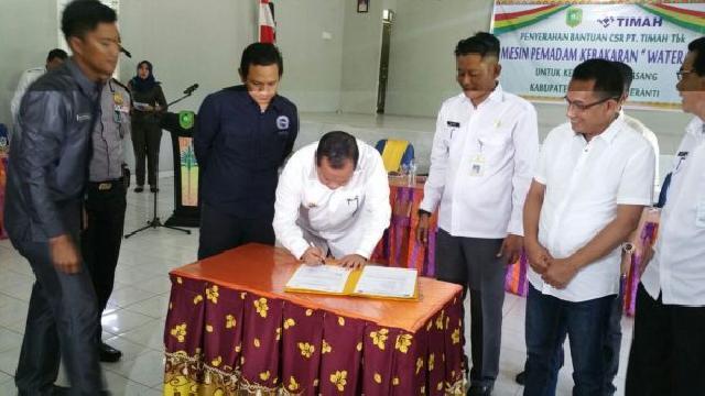 PT. Timah Serahkan Bantuan Mesin Pemadam Kebakaran Untuk Pemcam Rangsang