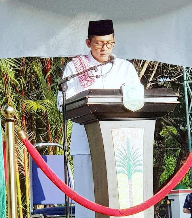 H. M. Adil, SH Bersama Forkopimda Mengikuti Sholad Idul Fitri 1442 di Halaman Kantor Bupati Meranti