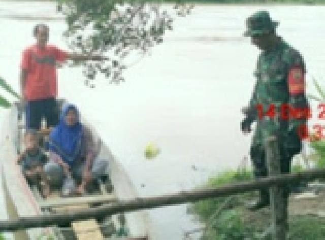 Babinsa Sertu D Rasyid Pantau Banjir Desa Pasir Ringgit