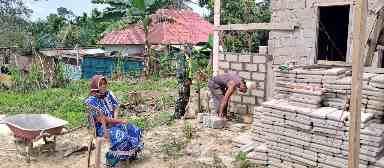Babinsa 05/Prp Komsos Dengan Warga Yang Sedang Bangun Rumah