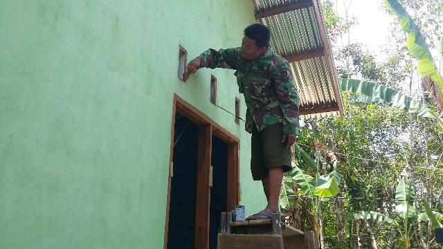 Satgas TMMD 104, Bantu Pembuatan Rumah Masyarakat di Gunung Toar