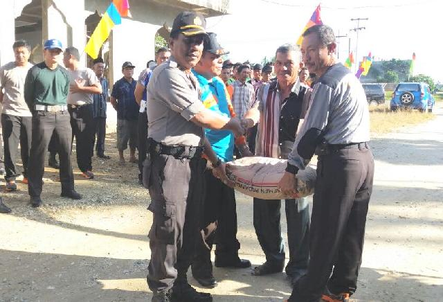 Polisi di Inhu Gotong-Royong Membangun Masjid Nurul Mubin Seberida