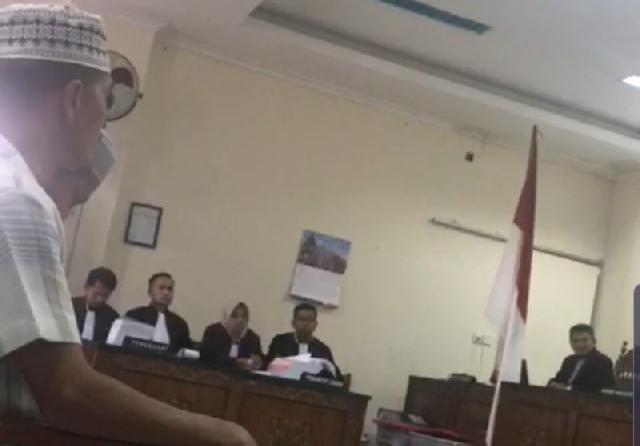 Mengaku Dikriminalisasi Kejari Agam, Terdakwa Ngamuk Dalam Sidang Lempar Rompi Tahanan